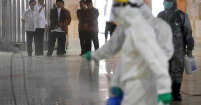 Penurunan Spanduk 'Corona' Masjid Raya Bandung, Nama Ridwan Kamil Disindir